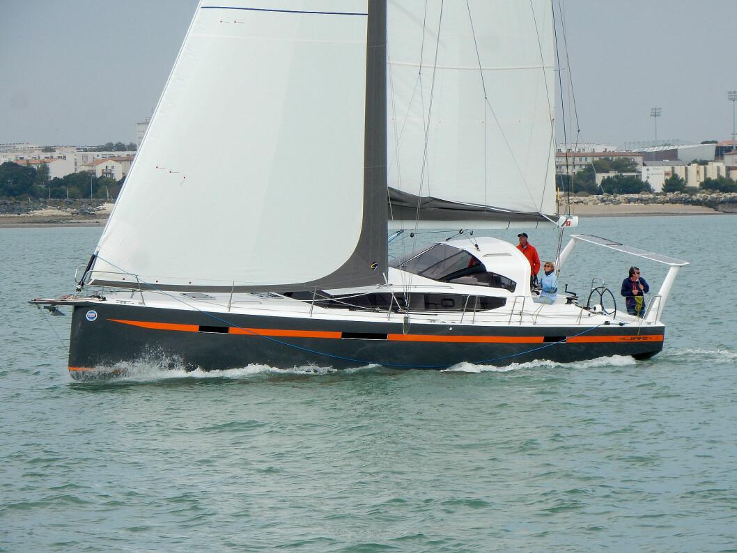 FRANSK: Franskmenn elsker langturseiling, og har lang tradisjon for å bygge gode båter for å seile på havet. JPK 45 FC er en helt ny båt utviklet med tanke på langturseiling.