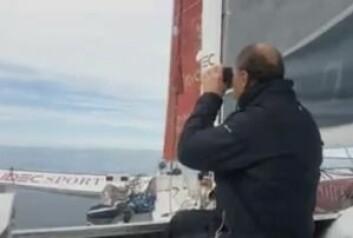 VIND: Skipper Francis Joyon seider etter vind ved Falklandsøyene.