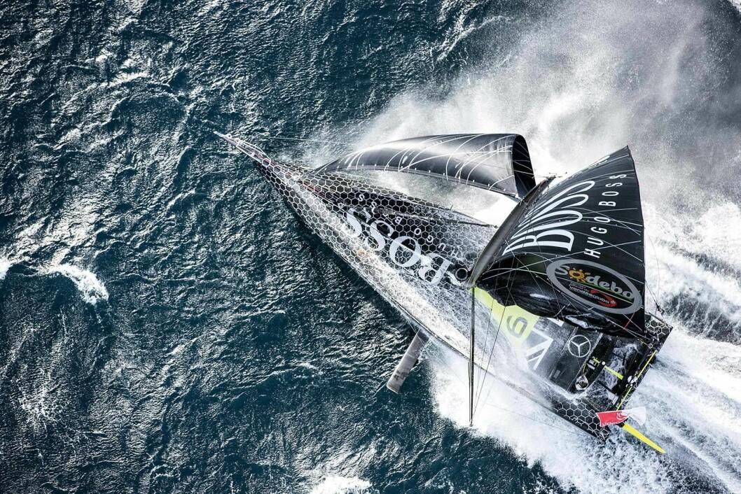 DUELL: Thomson drar inn på lederbåten som ventes å miste farten først.