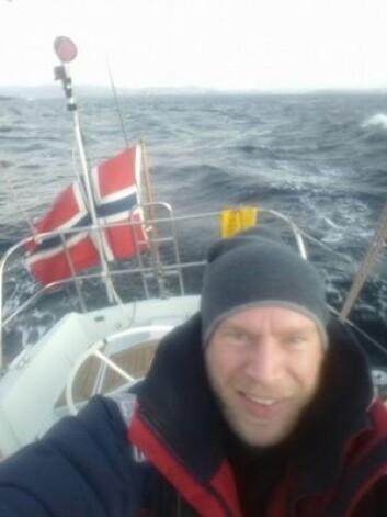 UNDERVEIS: Erik Martin Aanderaa tok en selfie med norskekysten i bakgrunnen.