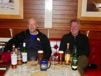VIKINGER: Erik Aanderaa og Sigurd Utbjoe ble invitert til Yachtklubben i Lerwick.