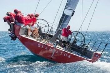 GAMMEL: Laget henter frem den gamle «Gladiator» for å fullføre regattaen.