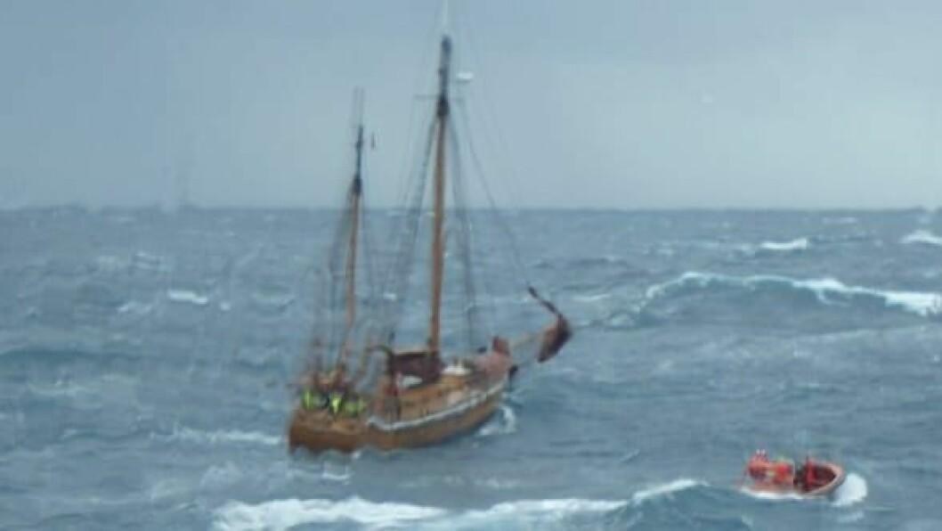 LEKKASJE: Mannskapet på «Blåmann» ble reddet over til «Esvagt Alpha».