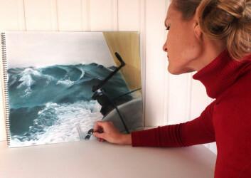 MALER: Kristin Songe-Møller maler gjerne motiver fra sin egen seiling og håper å ha en utstilling i løpet av året.