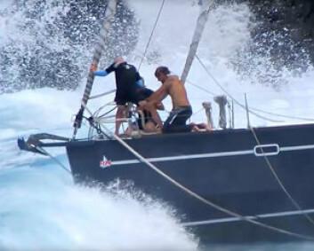 FARLIG: Redningsarbeiderne hadde en risikabel oppgave å få båten fri fra land.