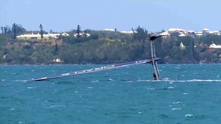 OK: Verken båt eller mannskap ble skadet under hendelsen. Båten kom på rett kjøl etter 3 minutter.
