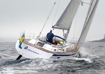 MODERNE: Hallberg-Rassy 44 er eneste båt med sentercockpit, en morderne rigg og et moderne skrog.