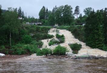 VÅTT: Flomtilstand i elv ned i Drøbaksund fra Hurum. Vannet ble brunt på grunn av regnet.