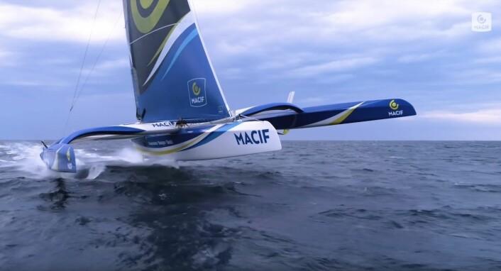 FOILER: Ultime-klassen vil nå fly. «Macif» løfter seg 100 % ut av vannet i 26 knops fart.