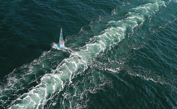 HEKKSJØ: Ett seilbrett blir liten mot hekksjøen til de store fritidsbåtene.