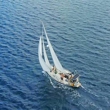 LANGTUR: Paret seiler en Hero 101 som nå befinner seg i Stillehavet.
