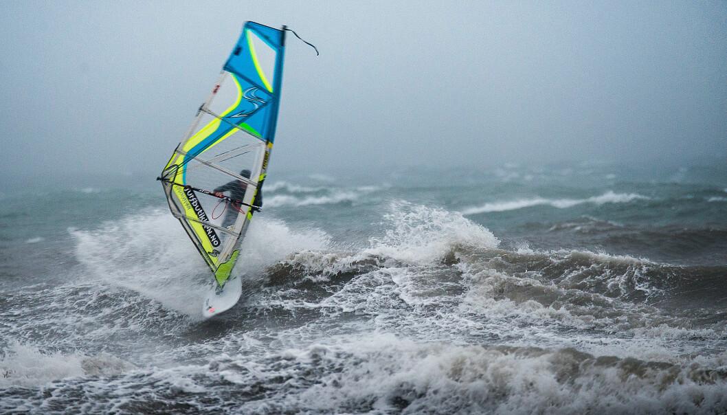 SIDESHORE: Med bølger på tvers av vinden er det mulig å ri bølgene.
