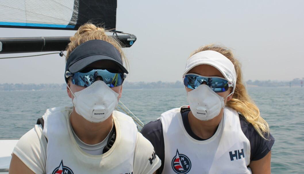 SKOGBRANNER: Også seilerne fikk merke effekten av skogbrannene i Australia. Helene Næss og Marie Rønningen trente med munnbind på en røykfylt fjord.