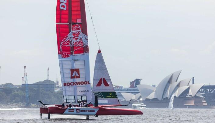 SAILGP: «Holger Danske» foran operahuset i Sydney klare for regatta i slutten av februar.