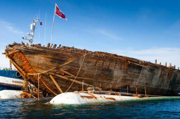 VIMPELEN HEIST: Vimpelen til «Maud» er atter heist om bord etter at polarskuta ble hevet.