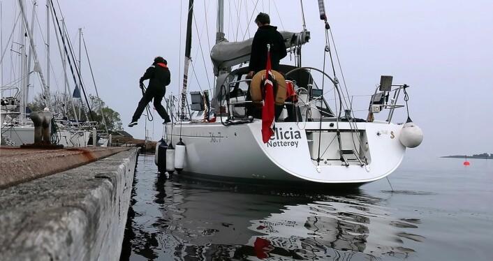 Spring: Ved å hoppe i land med et spring, kan båten legges til kai ved full sving, og deretter kan man gå forsiktig fremover med motoren. Før tillegging må det legge en plan og fordele oppgaver. Tau og fendere skal henge på plass.