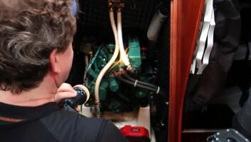 MOTOR: Olje, kjølevæske og drivstoff. Også kjølevannet ut fra eksosen må konstateres.