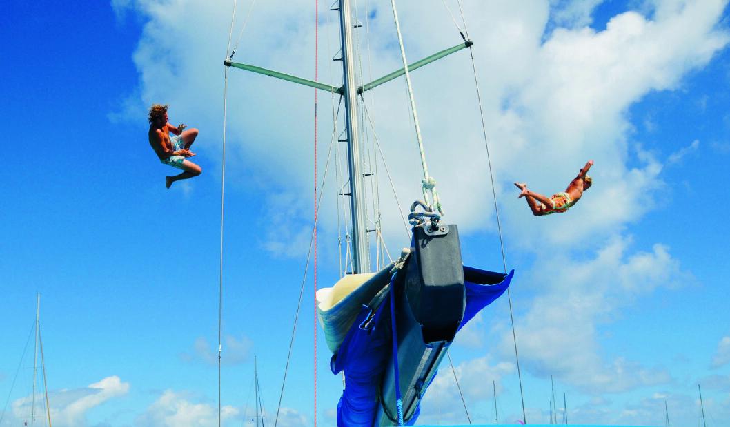 s LUFTIGE SVEV: Forhåpentlig er det vann under der Marcus og Kyrre svever i fritt fall fra salingshornet. Stedet er Tobago Cays i Karibia.