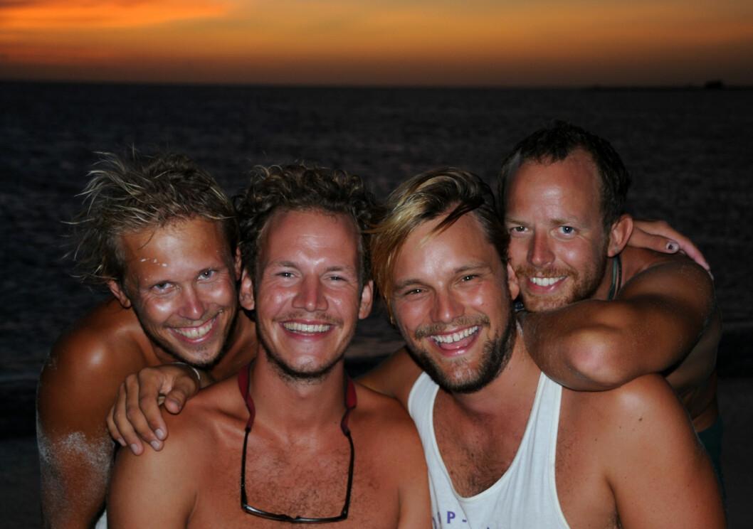 s PÅ STRANDEN: Fire glade jordomseilere, fra venstre Kyrre Lind-Isaksen, Marcus Devold Soknes, Ketil Løkke og Otto Hildeng.