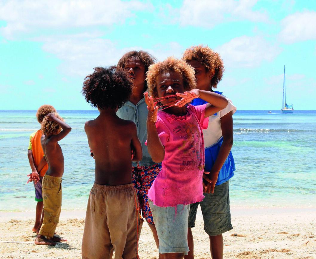 BEKYMRINGSLØST: Barna på Futuna lever et tilsynelatende bekymringsløst liv på den vesle stillehavsøya.