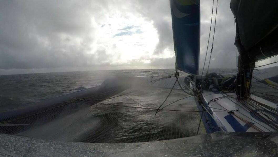 FART: Bildet viser at «Macif» foiler, og har hele le skrog ute av vannet. Båten seilet mye av gårsdagen over 30 knop.