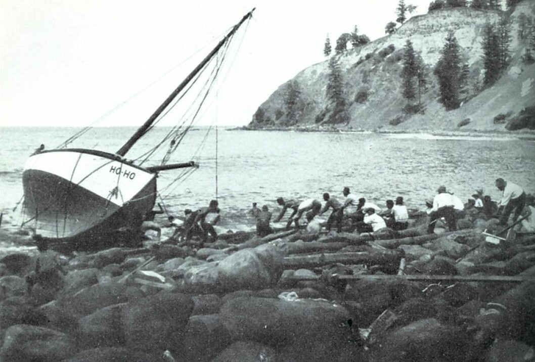 PÅ STRANDEN: At «Ho-Ho» ble skylt opp på stranden, forhindret ikke skuta i å fortsette jordomseilingen.