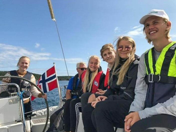 PÅ TUR: Re-elevene seilte rundt i Nøtterøy-skjærgården og overnattet i telt på Østre Bolærne.