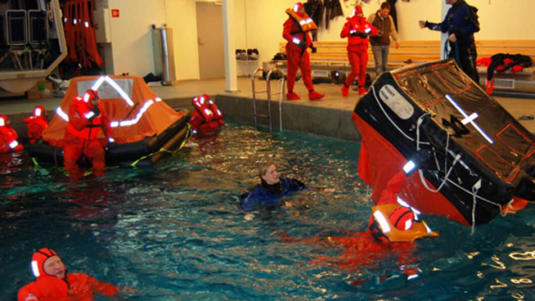 PRAKSIS: Hvordan man skal opptre med redningsvest og redningsflåte er en del av World Sailings sikkerhetskurs.