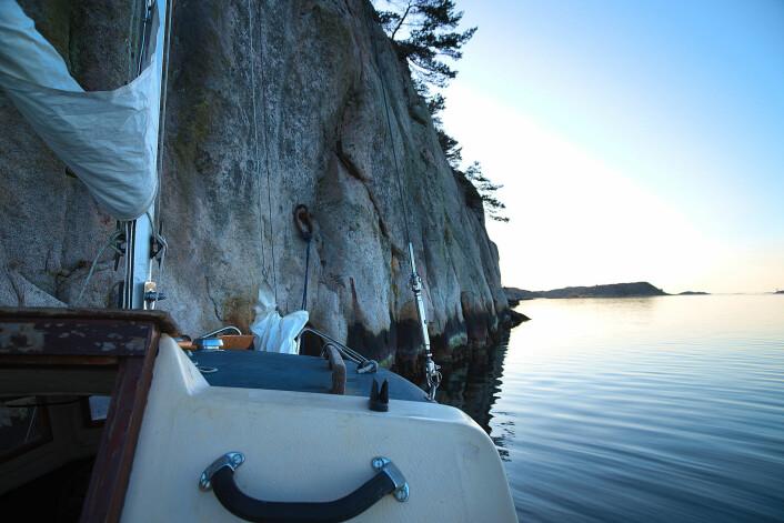 NATUR: Et problem ble snudd til en rekke uventete opplevelser. Båten, festet i Fjellveggen på Lindöen, direkte over sundet sørvest fra Resö