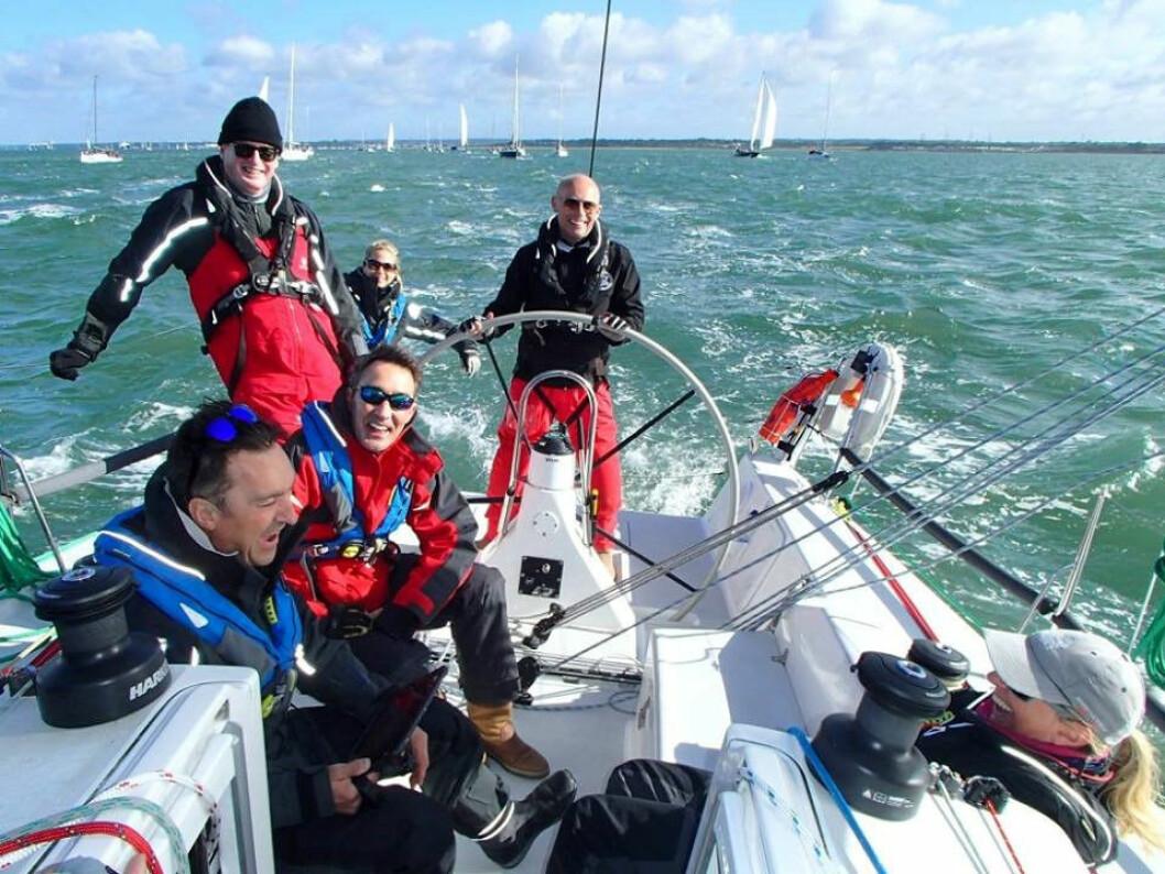 MOB: Sailor Simon Grier-Jones falt i sjøen fra sin J/111 rett uten for moloen i Cowes.