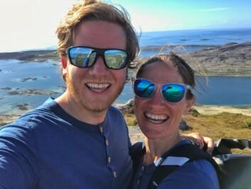 PÅ TUR: Daniel og Marianne på toppen av Torghatten.