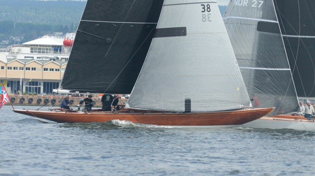 6MR: «Wanda» holder høy fart ut fjorden.