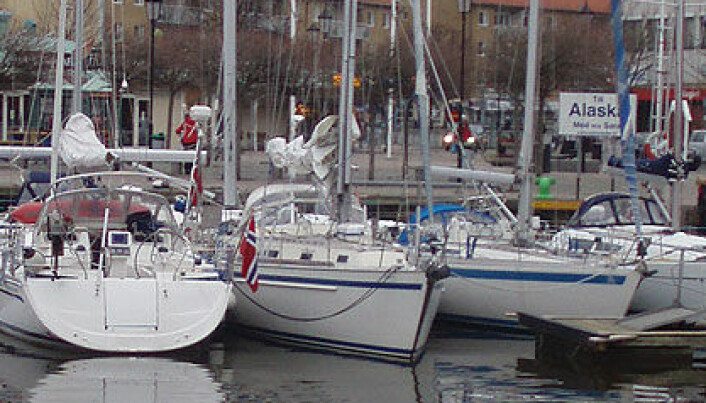 Ber båtfolk om å bli hjemme