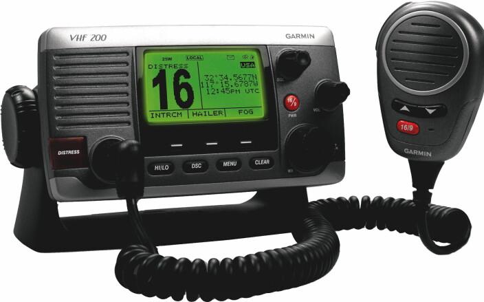 NØDMELDING: Moderne VHF-radioer er utstyrt med Digital Selective Calling (DSC)-knapp med distress-alarm. Det er praktisk å kunne utløse nødalarm med posisjonangivelse ved kun å trykke på distress-knappen på VHF-radioen.