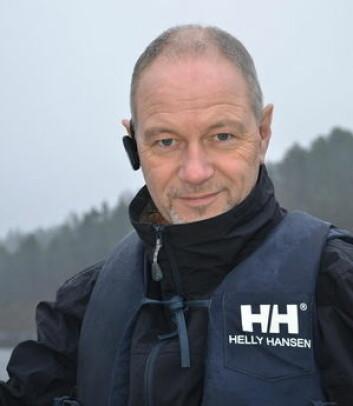 PLASS: Rino Olsen anbefaler å sjekke hvor stor propell det er plass til under båten før du setter inn en større motor.