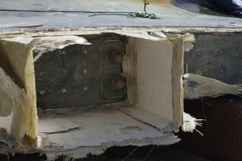 KJØL: Båten har et dybt kjølsvin. Delen øvre delen av kjølen bygget i glassfiber ble revet løs.