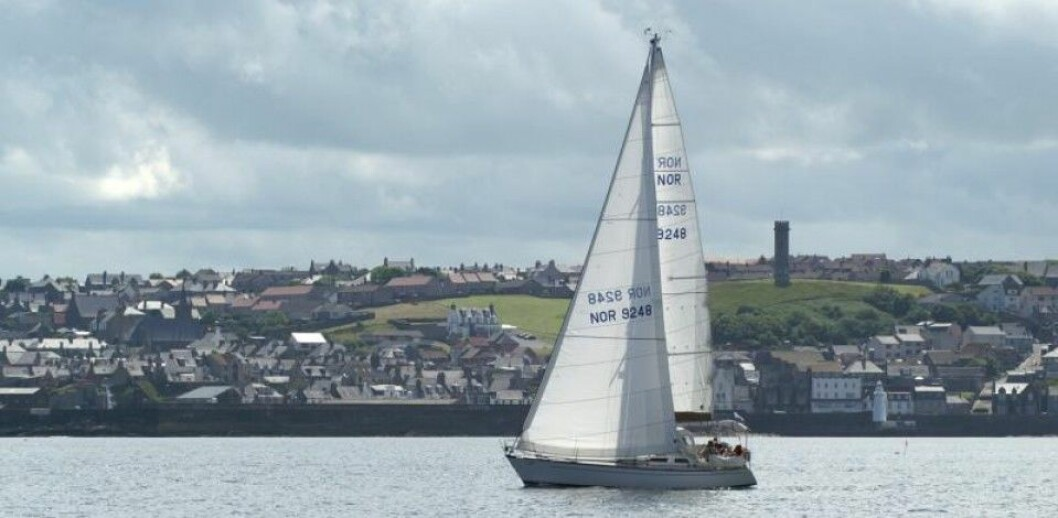 FORLATT: «Lovinda Too»  brakk rotet i Stillehavet. Her seiler båten med Skottland i bakgrunnen.