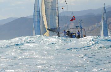 BØLGER: Båten er i konstant bevegelse på havet på grunn av store bølger. Det går hardt utover utstyret.
