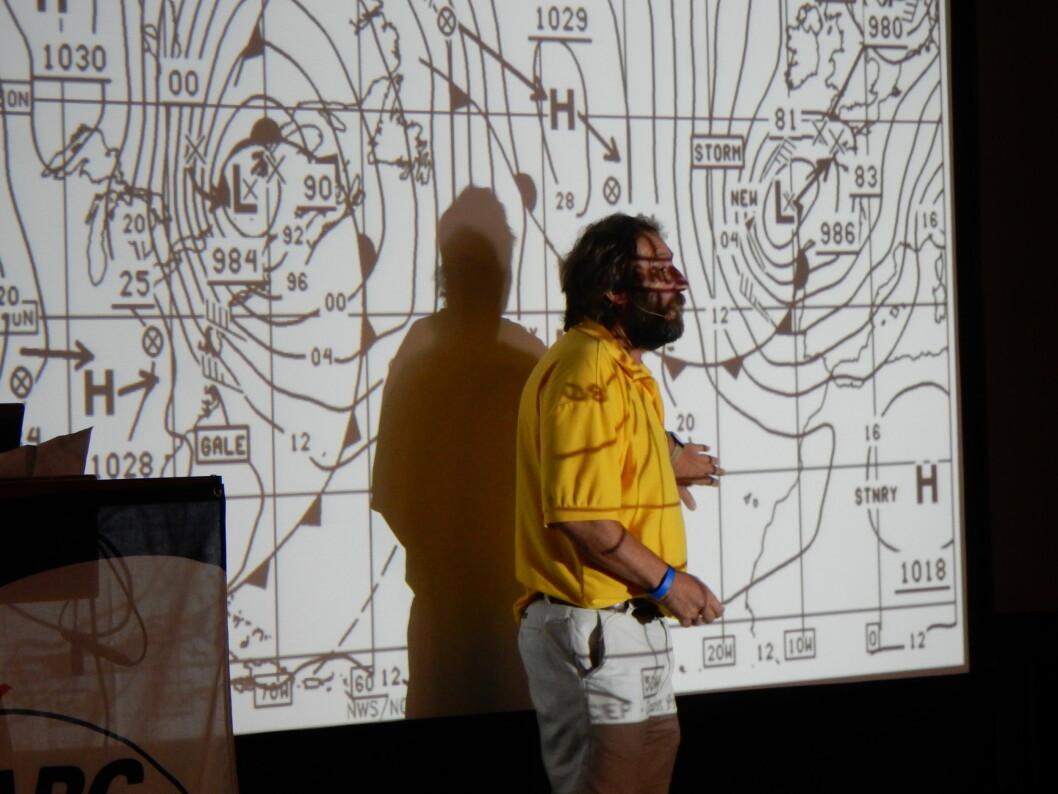 VÆR: Chris Tibbs forklarte værsituasjonen under ARCs skippermøte.