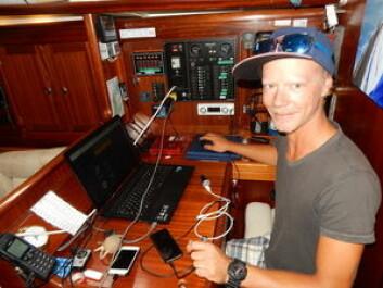 GRIB: Erik Welin-Larsen bruker Red Box sammen med Iridium for å laste ned værfiler. Disse laster han opp i kartprogrammet på PCen.