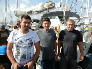 SJEKK: Milan Mande har bygget More 55 i Kroatia. Han har fått med seg to karer for å gjøre båtene i topp stand før avreise.