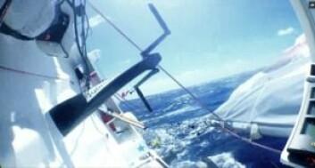 80°: Med båten på hoder og flagrende seil klarte Colman å få båten på kurs, uten autopilot.