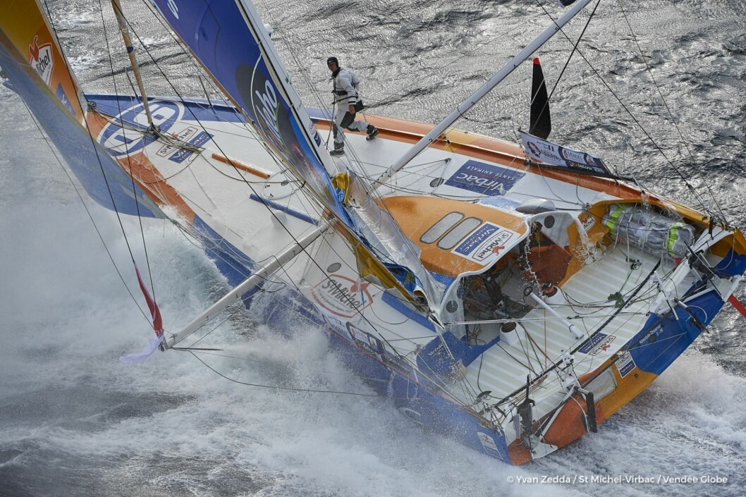 RØMMER: Jean Pierre Dick i «StMichel-Virbac» legger kursen nord for Tasmania for å spare båten.