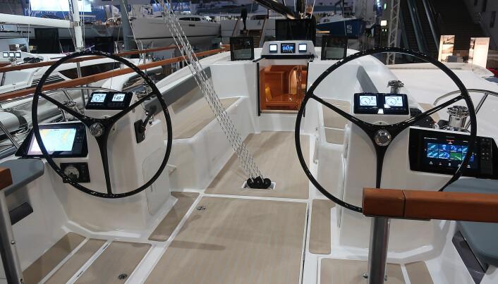 ENORM: Cockpiten er unik. Med doble ratt er det lett å bevege seg rundt.