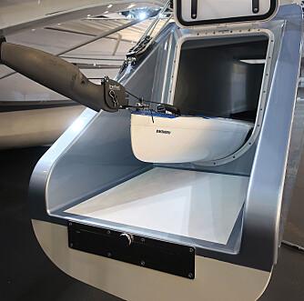 STUVEPLASS: En kajak får plass i sideskroget som også har en plattform.