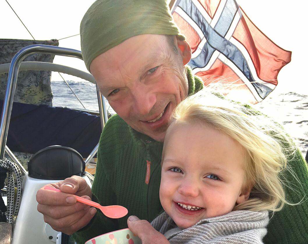BARN: Jon Petter og Karen Marie, seilas fra Portugal til Gran Canaria i desember 2017.