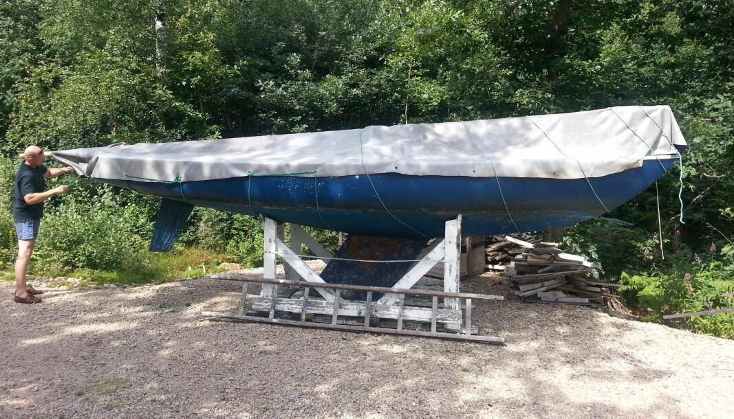 UTGANGSPUNKTET: Slik så båten ut da vi fant den på land. En riktig velbrukt Yngling fra 1976, overmalt med lakk og i dårlig skikk.