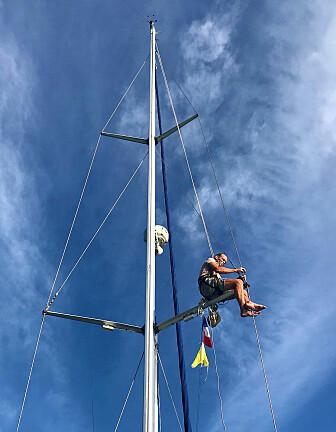 REPERASJON: Jon Petter oppe i masten for å bytte ut innervantet som har røket. Enda godt at vi hadde et ekstra med oss om bord!