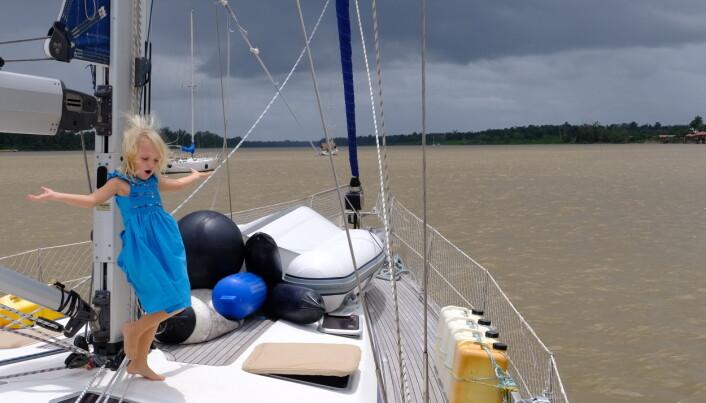 ELV: Dans på dekk i Domburg. Det er ikke akkurat badevann rundt oss, men vi setter pris på flatt vann. Vi lar oss fascinere av skiftet i strømretning i takt med havets flo og fjære 25 nm lengre nede i elva