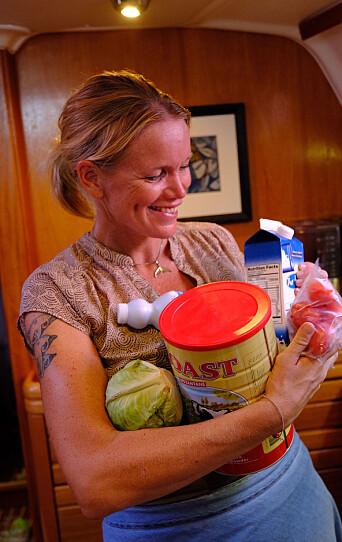 PROVIANT: Ingrid med frukt og grønnsaker, melk i tørr og flytende form, klorin og mere til. Det kan bli uker og endog måneder til neste gang vi får proviantert.